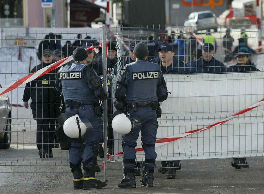 Orrore Germania tunisino moglie ascia