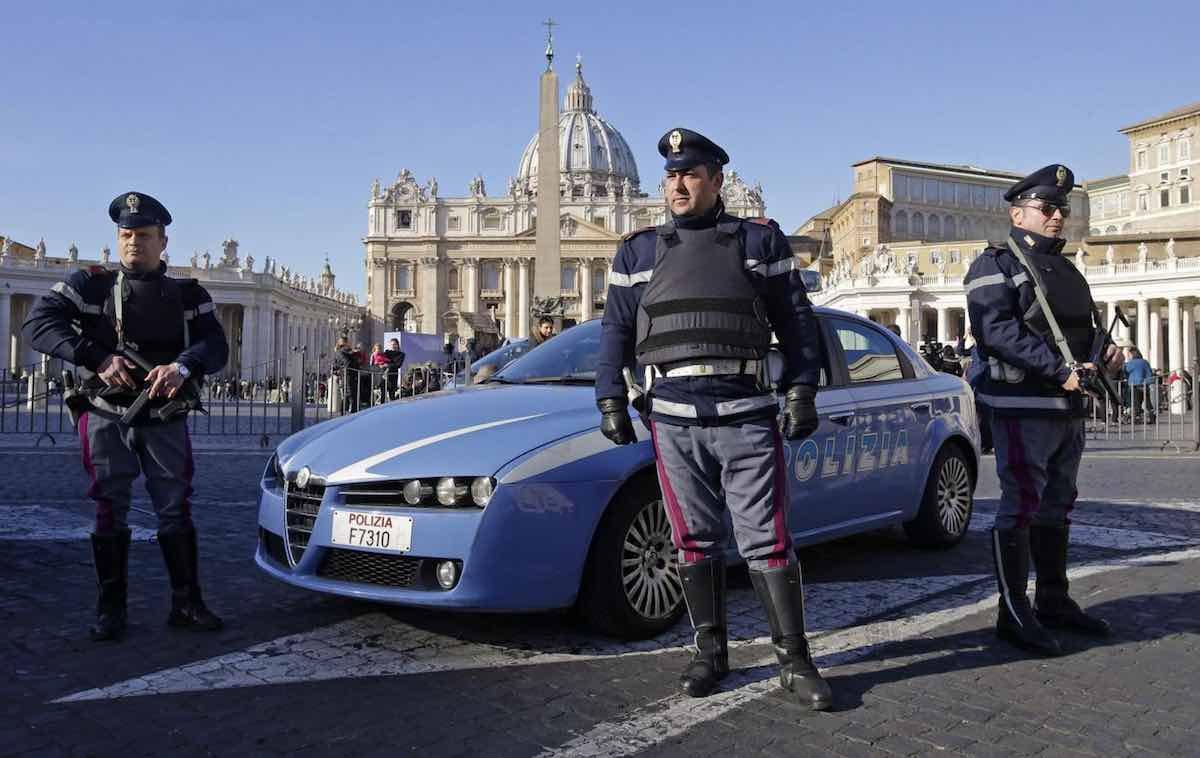 Uomo armato di coltello a San Pietro