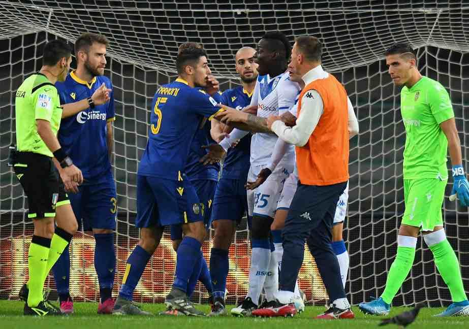 Cori razzisti Mario Balotelli minaccia  Verona