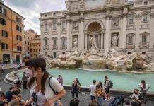 Turisti nella piazza della Fontana di Trevi a Roma (Getty Images)