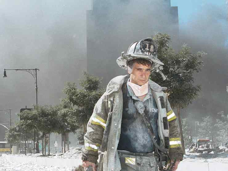 Un pompiere dopo il crollo