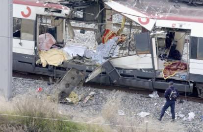 Uno dei treni sventrati dopo l'attentato di Madrid ( Getty Images)