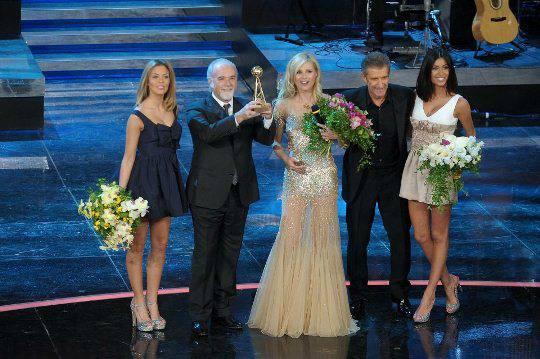 Michelle Hunziker: sfilata dorata sul palco del premio 'Regia televisiva 2012' (fotogallery)