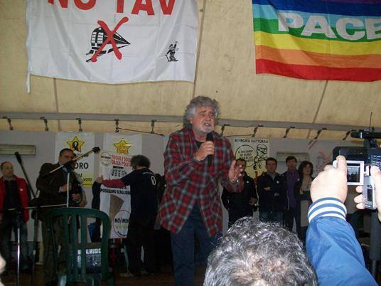 """Movimento 5 Stelle chiede uscita dall'euro. Beppe Grillo: """"I politici sono morti ed escono scortati dalla polizia"""""""