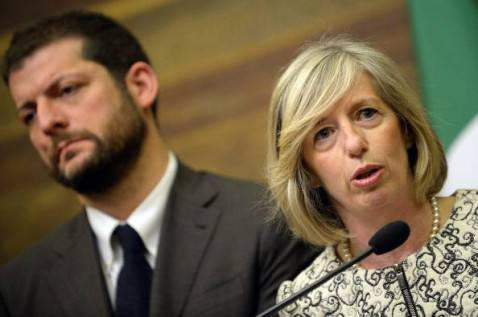 Stefania Giannini e Andrea Romano (ANDREAS SOLARO/AFP/Getty Images)