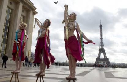 Parigi. Femen contro Yulia Timoshenko (ALAIN JOCARD/AFP/Getty Images)
