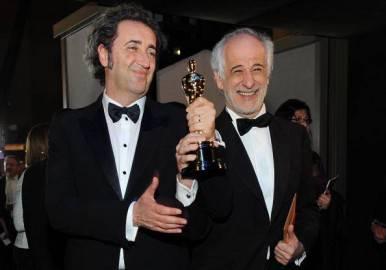 Paolo Sorrentino e Toni Servillo con la statuetta dell'Oscar (VALERIE MACON/AFP/Getty Images)