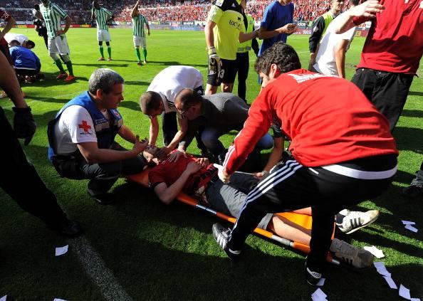 Liga, tragedia sfiorata in Osasuna-Betis. Crolla una balaustra, tifosi feriti VIDEO