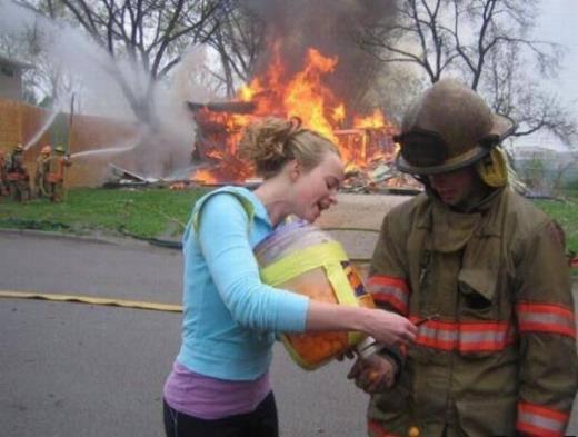 La casa va in fiamme… Ma che fanno il pompiere e questa fanciulla??