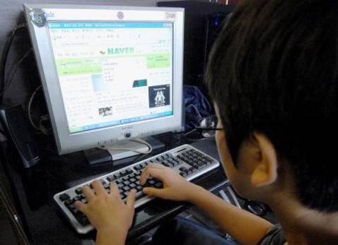 Giovane studente davanti ad un computer (Getty images)