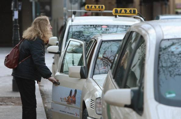 """""""Posso fotografare il suo seno nudo?"""": a Berlino un tassista 'corteggia' le sue clienti…"""