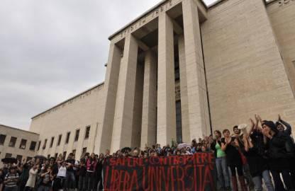 """Studenti manifestano all'Università """"La Sapienza"""" di Roma (Getty Images)"""