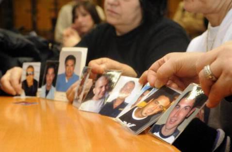 Le madri degli operai morti nel rogo della Thyssenkrupp mostrano in aula le foto delle vittime (Photo DAMIEN MEYER/AFP/Getty Images)