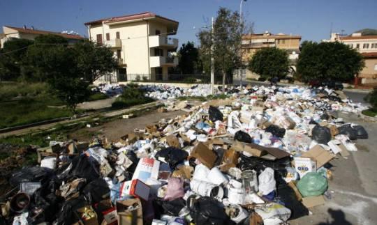"""Rifiuti, maximulta Ue a Italia. Reazione di Galletti: """"Discariche già in sicurezza"""""""
