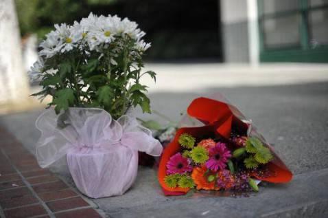 Fiori sul luogo di un suicidio (Getty Images)
