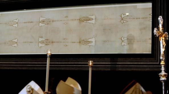 """Papa Francesco: """"La Sindone ricorda i volti di uomini e donne segnati dalla violenza"""""""