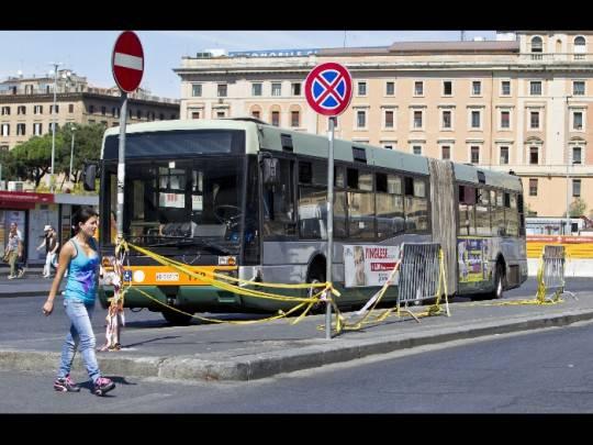 BUS ROMA e1331893385982 Roma: morto uomo investito da bus di linea, indagini in corso