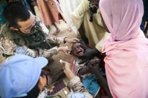 Darfur: un bambino viene curato da un medico della missione Onu Unamid