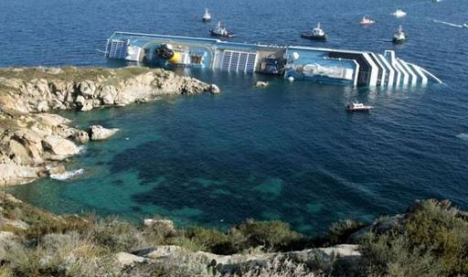 Naufragio Costa Concordia: ricerche complicate dallo spostamento della nave e dalle condizioni del mare