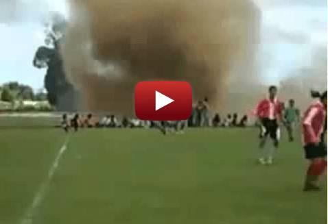Una tromba d'aria interrompe una partita di calcio, gli spettatori costretti alla fuga… (VIDEO)
