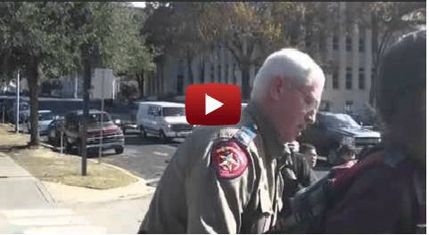 Babbo Natale arrestato dalla polizia: scriveva messaggi di pace e felicità… (Guarda Video)