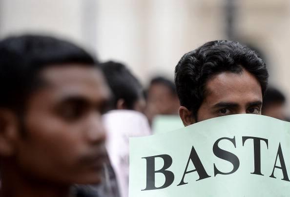 Bari: sit-in pacifico di migranti davanti alla Prefettura, C.A.R.A. strapieno