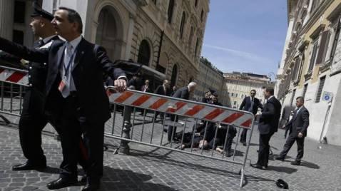 ItalyPoliticsShootingJPEG 0a349 1367143035 640x360 478x268 Sparatoria a Roma: le foto dellattentato avvenuto davanti a Palazzo Chigi
