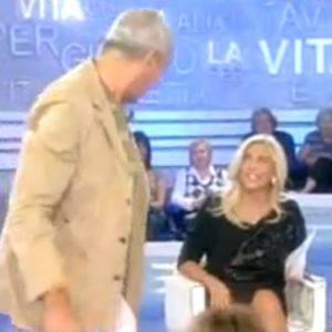 MARA VENIER / La Vita in diretta, Luca Giurato alza la gonna alla conduttrice (Vedi Video)