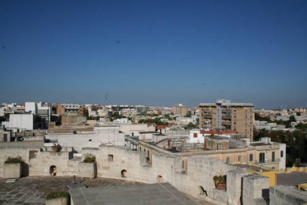 Lecce: trovata discarica abusiva nascosta in un capannone