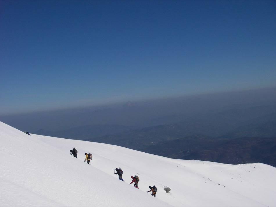 Incidenti in Montagna, ritrovati due scialpinisti sepolti da una slavina nell'Appennino reggiano: condizioni gravi