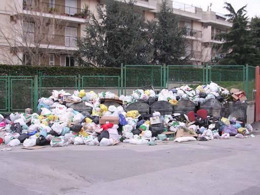 Cumuli di rifiuti nelle strade di Napoli