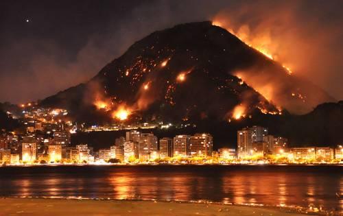Incendio devasta la città della samba Rio. Nei pressi decine di scuole