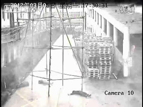 Prendono una scossa da 10 mila volt mentre spostano un ponteggio (Video per Adulti)
