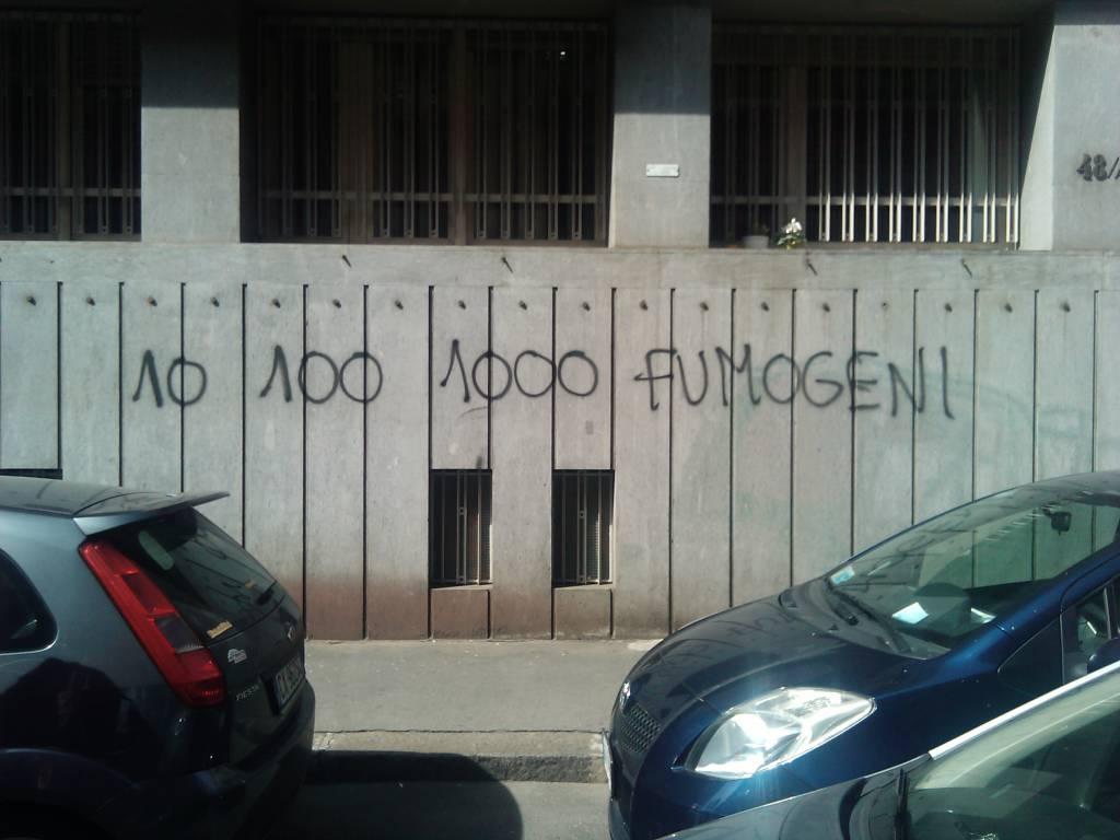 """CISL / Blitz alle sedi di Roma, Ivrea e Merate, un gruppo di attivisti di """"Action diritti in movimento"""" lancia uova e fumogeni: """"Insieme alla Uil sta accettando il ricatto della Fiat"""""""