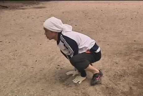 Incredibile un ragazzo che corre come una scimmia guarda il video - Scimmia che si guarda allo specchio ...