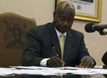 Il presidente ugandese Yoweri Museveni mentre firma la legge anti-gay (Getty images)
