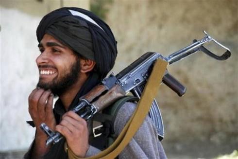 Guerra in Afghanistan: doppio attentato kamikaze, premier pakistano vola da Karzai