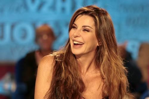 ALBA PARIETTI / Festival di Venezia, la ex showgirl cade sulla passerella e resta a seno nudo