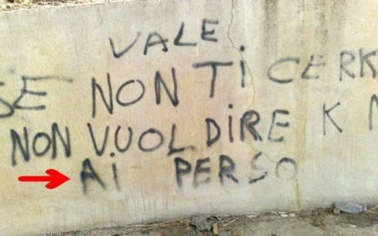 Una scritta sul muro che lascia il segno che errore grammaticale - Frasi scritte sui muri di casa ...