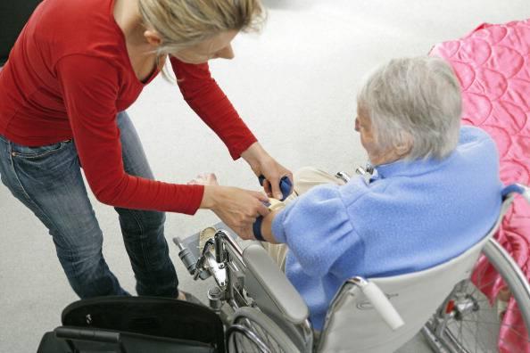 Vuole derubare gli anziani che accudisce: agisce senza alcuna pietà