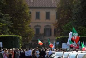 Sostenitori di Berlusconi ad Arcore (Pier Marco Tacca/Getty Images)