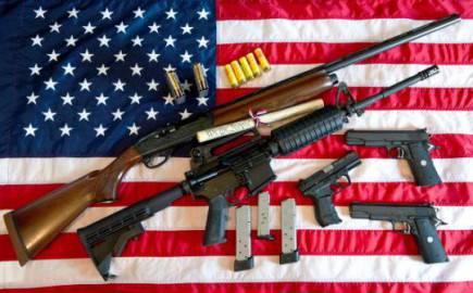 Fucili e pistole sopra la bandiera degli Stati Uniti (KAREN BLEIER/AFP/Getty Images)