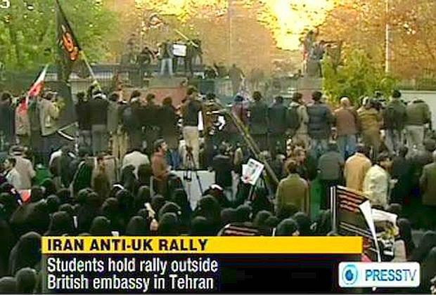 Teheran: la polizia iraniana sgombera i manifestanti davanti all'Ambasciata britannica