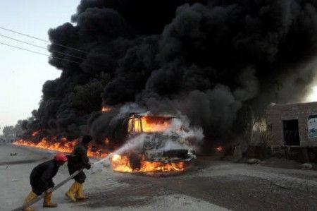 Pakistan: bomba in un autobus fa almeno 6 morti
