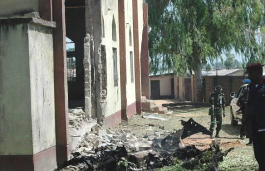 Nigeria: nuovo attentato contro una chiesa, cristiani danno fuoco ad un musulmano per rappresaglia