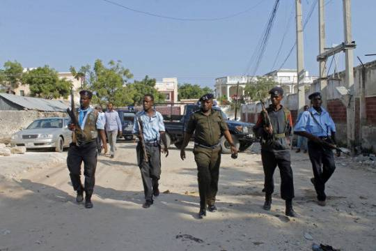 Forze dell'ordine a Mogadiscio dopo un attentato (Foto: Mohamed Abdiwahab/AFP/Getty Images)