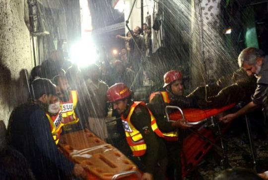 La scena di un attentato a Peshawar, Pakistan (A. MAJEED/AFP/Getty Images)