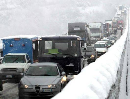 Maltempo, neve sull'Appennino: 9 km di coda sull'A1 a Firenze