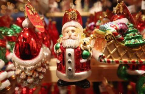 Decorazioni natalizie con Babbo Natale (Sean Gallup/Getty Images)