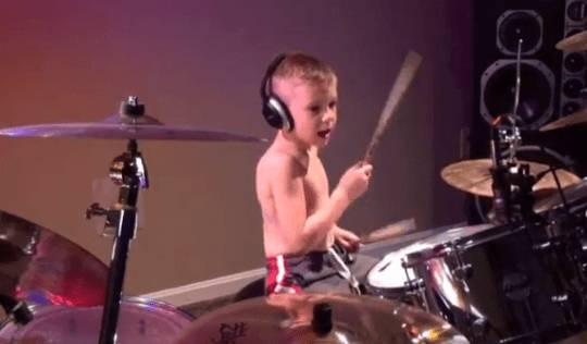 BAMBINO POSSEDUTO: a 6 anni suona la Batteria come un Dio del Rock… GUARDA VIDEO!!!